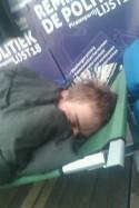 Iemand die voor PPNL posters slaapt