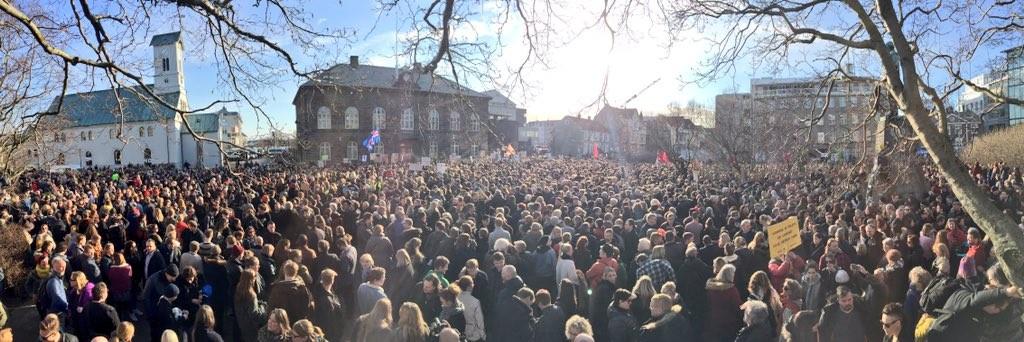 Massaal protest IJsland CfN_0J4XIAAPVKB