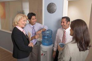 The water cooler effect: traditioneel wordt de waterkoeler gezien als een ontmoetingsplaats op het kantoor waar collega's o.a. over sport en tv-series praten. Tegenwoordig lijkt social media die rol gedeeltelijk te hebben overgenomen.